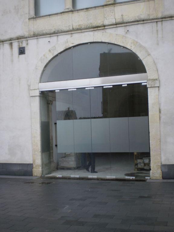 Struttura in vetro per chiusura androne